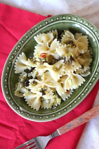 鷹の爪とニンニクでつくるペペロンチーノは、ぴりりと刺激的な大人の味わい。そこに高菜を加えて、味に奥行をもたせたレシピです。
