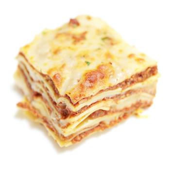 日本では「ラザニア」という名で親しまれている「ラザーニェ」は、もともとは料理名ではなくパスタの名前からきているとのことです。長方形の大きなパスタです。【適したソース & 料理】ラザニア、濃厚なクリームソースとラグソースを組み合わせたりするのが一般的です。主に最後の行程でオーブンで仕上げるのが特徴。