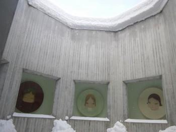 奈良美智氏をはじめとした現代美術に定評がある青森県立美術館。こちらは八角堂です。建築を活かした展示が素敵ですね。