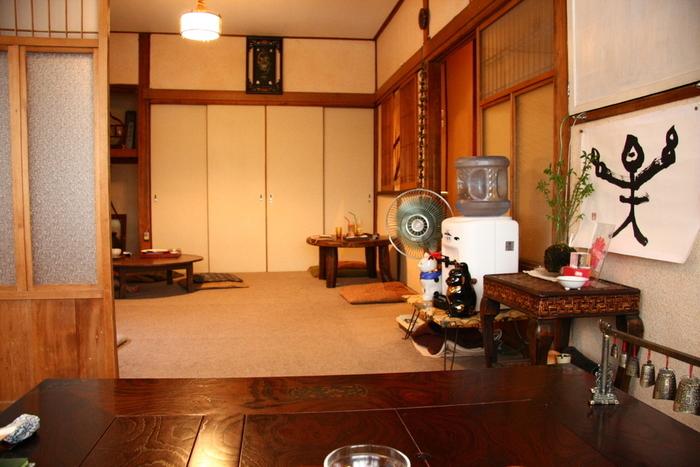 一心茶房は、なんばにある和風の一軒家カフェです。昔ながらの日本家屋をそのまま使用している内装は、どこか懐かしい雰囲気が漂っています。