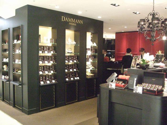 ダマンリュミエールは、なんば髙島屋館内にある、紅茶専門のカフェです。陳列棚に並ぶ紅茶の種類の多さは、訪れる人を圧倒するほどです。