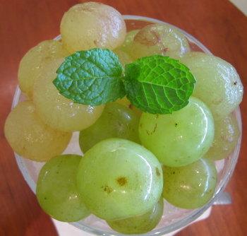 瀬戸ジャイアンツ、蔵王おとめ、ピオーネの食べごろ葡萄を3種類盛り合わせています。日替わりのため、常にブドウがあるとは限りませんが、ブドウシーズンにはぜひ訪れたい名店です。