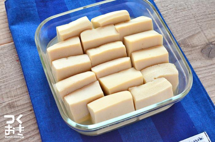 高野豆腐は、豆腐から水分を取り除き、栄養価を凝縮した万能食材です。保存性も非常に高く、ストック食材として活躍してくれます。高野豆腐といえば、味がしっかりしみ込んだふくめ煮を思い浮かべる方も多いですよね。今回は、定番レシピから意外な組み合わせが楽しめるアレンジレシピ、ダイエットにおすすめのレシピなど幅広くご紹介します。
