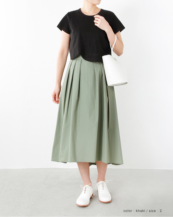 ハリのある素材スカートは丈もタックもバランスが◎。沈みがちなカーキグリーンも、明るいカラーだから、春らしさ満点です。黒のトップスとあわせても暗くならないのが良いですね。