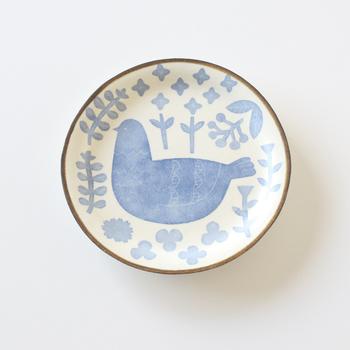 トリと植物をモチーフにつくられたやさしい色合いのこちらのお皿は、和紙染という昔ながらの製法で作られたのだそうです。