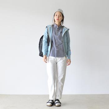 春らしい爽やかなブルーのパーカーとシャツを合わせたシンプルなパンツスタイル。パステルカラーやホワイトなど、爽やかな色をチョイスするだけで、定番アイテムも春らしい雰囲気になりますね。