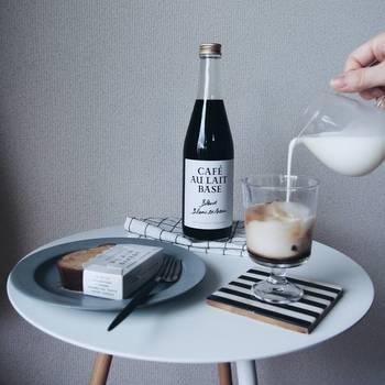 シンプルで小さな丸テーブルには、モノトーンを意識したちょっとしたアイテムで素敵にコーディネート。お家カフェタイムも楽しくなりそうですね。