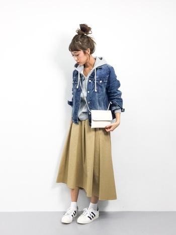 パーカー×Gジャンの定番カジュアルは、アシンメトリーなデザインスカートで個性をプラス。Gジャンからフードを出すと、立体感のあるコーディネートに仕上がります。