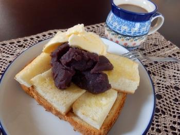 小倉トーストは、大正時代に名古屋・栄にあった「満つ葉」という喫茶店から始まったといわれます。お客の学生たちがトーストをぜんざいに浸して食べるのを見た店主が、最初からあんがのったものを…と小倉トーストを考案したのだそうです。