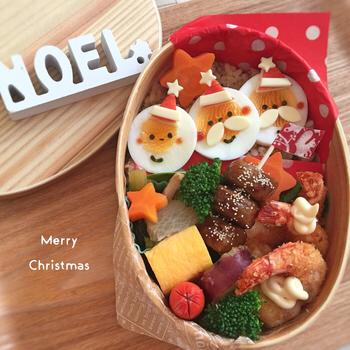ゆで卵のサンタさんが三人並んだクリスマス弁当。オードブルのようなおかずが豪華で華やか!パーティーっぽいですね。