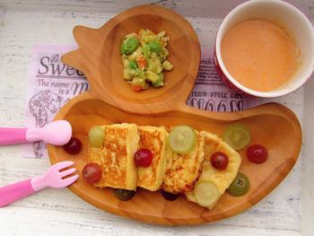 ふわふわで優しい甘さのフレンチトーストは子どもが大好きなメニュー。ただお皿に並べるのではなく、カットしたぶどうをちりばめたり、お皿を工夫するだけでこんなにキュートに!