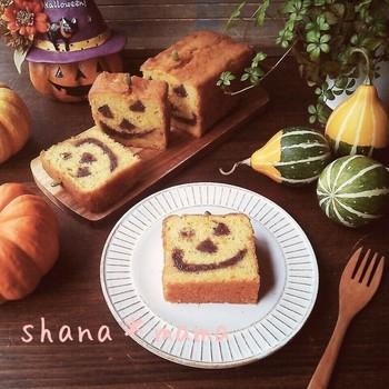 ジャックオランタンの顔がつぶあんで作られているパウンドケーキ。表情を作るのがちょっと難しそうですが、歪んでいてもそれが味になりそう。金太郎あめっぽい演出が子どもに喜ばれそうです。