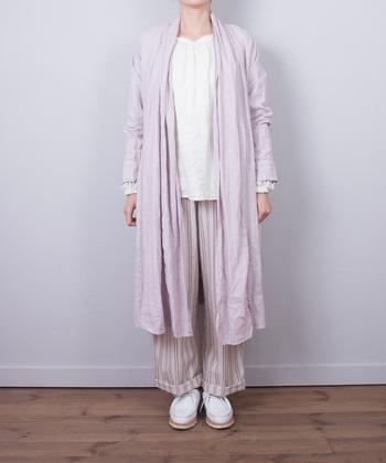 ピンクのリネンコートは軽やかに羽織ることができる優秀アイテム。紫に近い落ち着きカラーで、大人のピンクを楽しんで♪