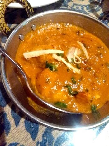 お肉をヨーグルトに3時間漬け込むことで、ホロホロと柔らかに。ヨーグルトで煮込むインド本格派の北インドカレーカレーのレシピです。