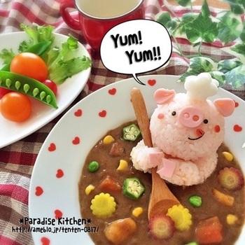 """豚のコックさんがカレーを作っているシーンを再現。スプーンの上に乗っているのは、""""ヤングコーン""""。切り方によって、お花みたいに見えるんですね。"""