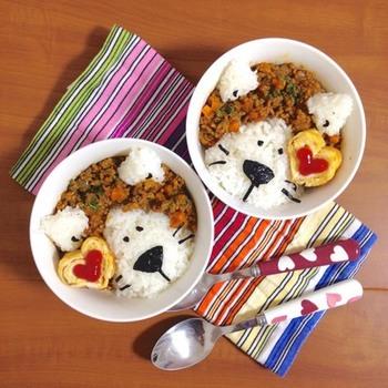 ドライカレーのライオン丼。ハートの卵焼きがいいアクセントになっています。子供との会話も広がりそうなライオン丼で、パクパク食べてくれそうです♪