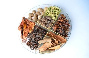 「食べる漢方薬」ともいわれ、古くから医療でも使われてきたスパイスたち。アーユルヴェーダの考えが根付いているインドやスリランカでは、体調に合わせ「治療」としてもスパイスを調合するそう。医薬品と同じ価値があると考えている人が多く、単なる食材以上に大切な役割があるんです。  また、脳が活性化して集中力が増すとも言われているんですよ。インドは数学大国と言われていますから、その効果はお墨付きですね! ご紹介したスパイスにもそれぞれ薬膳効果があるので、体調にあわせて配合できたらスパイスカレー上級者です♪  (※スパイスの中には刺激が強いものも多いので、入れすぎないように注意しましょう)