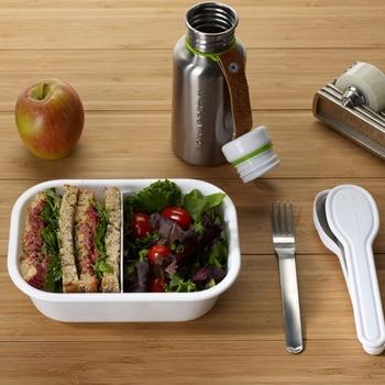 長方形のお弁当箱は、サンドイッチを入れるのにもぴったり!仕切ってサラダを入れれば栄養バランスも◎。