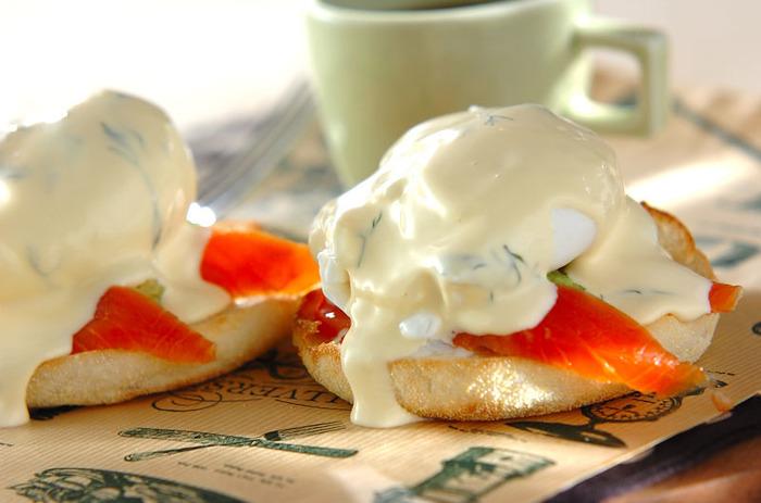 エッグベネディクト風オープンサンド。市販のイングリッシュマフィンを使って、手軽にカフェ風朝食ができそう。