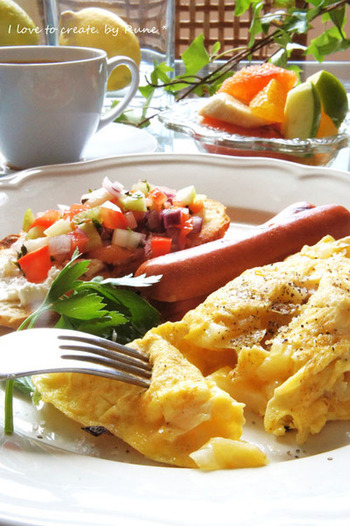 オムレツがメインのカフェ風朝食。画像からも、ふわふわ感が伝わってきます。野菜・フルーツと朝からたくさん食べられそう◎