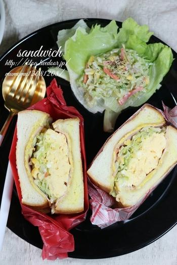 分厚いボリュームたっぷりのたまごとコールスローのサンドイッチ。包み紙を工夫すると一気にカフェ風になりますね。