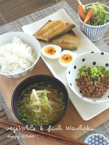 納豆や焼き魚、おみそ汁といった定番の朝食も、お皿やレイアウトにこだわって盛り付ければオシャレな雰囲気に…。