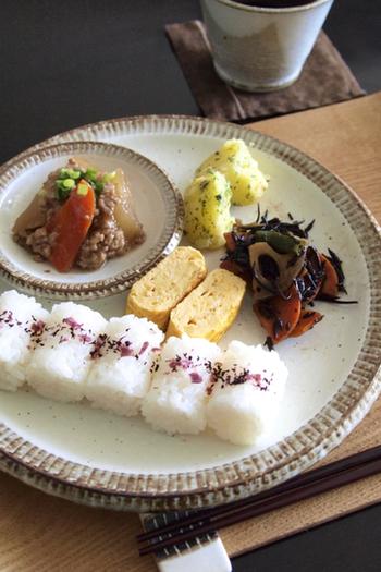小さなおにぎりが食べやすそうな朝食プレート。小さなお子さんも、これなら和食の朝食を喜んでくれそうです。