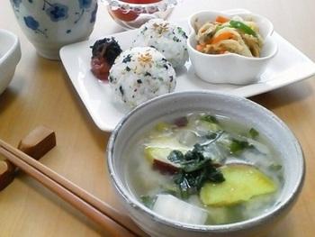 酒粕入りのおみそ汁がメインの和朝食。おにぎりが真ん丸でかわいらしいですね。野菜もたっぷり取れてとっても健康的!