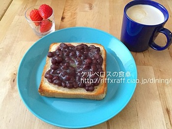 パンにバターを塗ってトーストし、あんをのせるだけ。缶詰のあんを使うと、忙しい朝でも簡単にできますね。