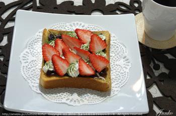 こちらは、小倉いちごトースト。フルーツをのせるのも爽やかでいいですね。このほかにも、小倉バナナのホットサンドなどもおいしいそうです。
