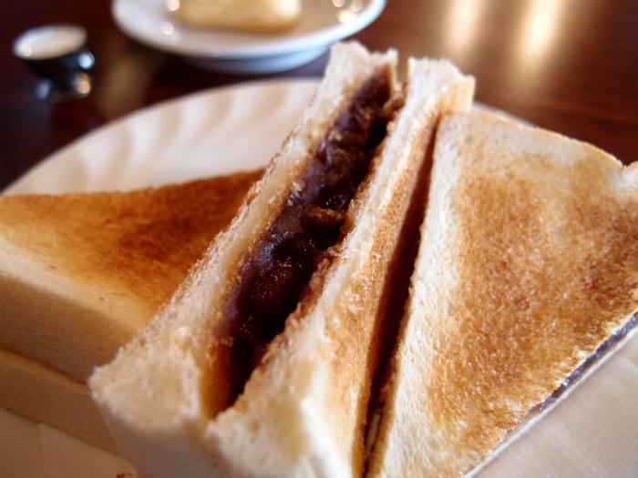 昭和24年創業の喫茶「ボンボン」は、ステンドグラスなどレトロな雰囲気を感じさせる老舗店。サンド型の「アントースト」が有名です。