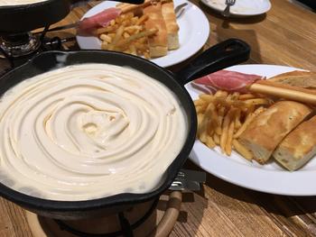一番人気は、「天使のふわふわチーズフォンデュ」!フロマージュブラン、グリエール、エメンタールの3種を混ぜたもの、そしてその上にチェダーチーズをのせた2層構造になったふわふわチーズフォンデュです。クリーミーな味がやみつきになること間違いなしです*