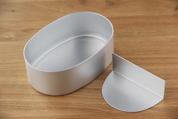 中には1対2の割合で仕切れる仕切りが入っているのでご飯とおかずも詰めやすくて便利ですね。アルミ製で軽いので、かばんに入れても重さが気になりませんよ。