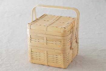 二段重ねになったボックスは、まさにピクニックにピッタリ。重さに耐えられるように、一段目と二段目で編み方が異なるのも、日本人的なきめ細やかさを感じます。おにぎりなどの和風のお弁当はもちろん、サンドイッチやホットドッグなどの洋風弁当にもよく合いますよ。