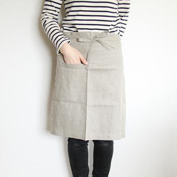 カジュアルな印象な膝丈のミディエプロン。作業がしやすく、スカートにもパンツにも合わせやすいシンプルなデザインです。フロント部分できりりと紐を結べば、まるでカフェの店員さんのようになります。