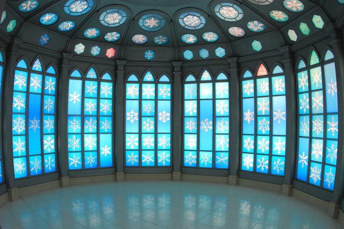 雪の結晶がちりばめられた部屋。  まるでエルサのお城みたいですね。 エルサが歌っている場面を想像した人は少なくないはず。 とってもきれいで幻想的な空間が広がっています。