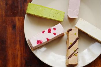 「ビーガンローケーキ」も【CocoChouChou】の人気スイーツ。生カシューナッツのペーストやココナッツオイルを使い、レアチーズケーキのようなコクを生み出しています。セットメニューは人気のため売切れてしまうことがありますが、1種類をまとめ買いすることもできますよ!