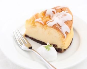 こちらは「瀬戸内レモンのチーズケーキ」。広島県瀬戸田町の特産品であるレモンを、兵庫県高砂産のはちみつで煮詰めています。信頼できる農家さんから仕入れているという【Ca cha みきや】ならではの組み合わせです。