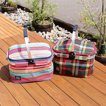 カラフルな見た目がキュートな、ピクニックバッグ。お弁当箱やドリンクがたっぷり入る大容量なので、ピクニックに持っていくのにぴったりです。