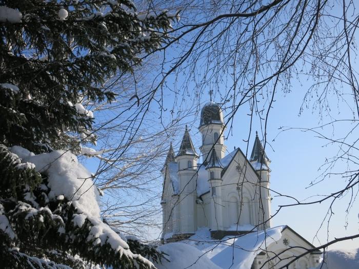 ディズニーの名作『アナと雪の女王』の世界が日本でも楽しめる!? と話題になっているのが、北海道にある雪の美術館。 ディズニーとは直接関係はないみたいですが、ビザンチン風のお城をイメージして作られたその外観もさることながら、中に入るとそこはまるでアナ雪の世界です。