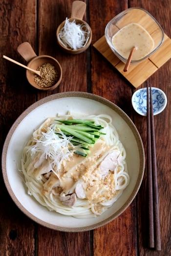 どうしてもワンパターンになりがちな素麺。そんなときは特製のゴマダレで味に変化を付けてみませんか?こちらのレシピは素麺を棒棒鶏風にしたもの。蒸し鶏、きゅうり、白ネギも一緒に食べれば食べ応えもあり。