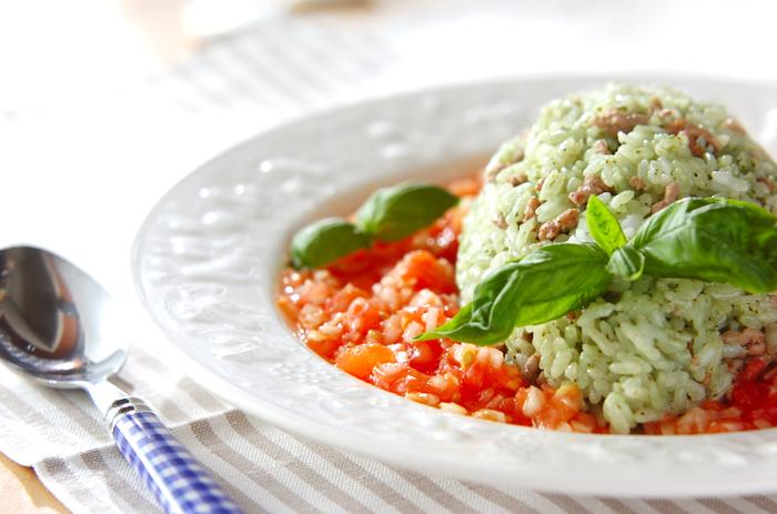 バジルペーストはパスタだけではなくご飯にも合うんですよ。サルサソースと絡めて頂くと美味しさ倍増です。赤と緑のコントラストが美しいレシピです。