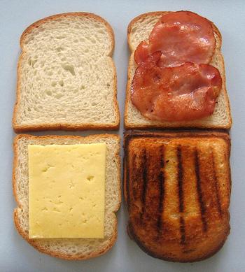 【基本の材料】 ・パン2枚 ・ハムまたはベーコン ・チーズ(グリエールチーズがオススメですが、とろけるチーズなどでもOK!) ・ベシャメルソース※ ・塩、こしょう