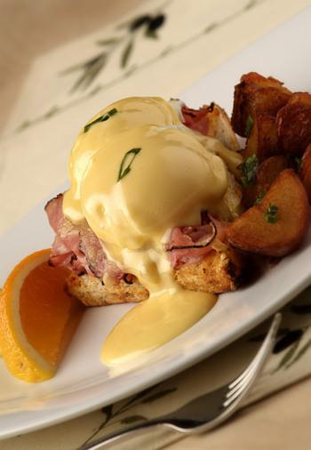 ハムとチーズがトロ~リ、美味しそうなクロックムッシュは、フランスのオペラ座の近くのカフェで作られたトーストの一種。パンにベシャメルソース、ハム、チーズをサンドして焼いて仕上げたものなんです。