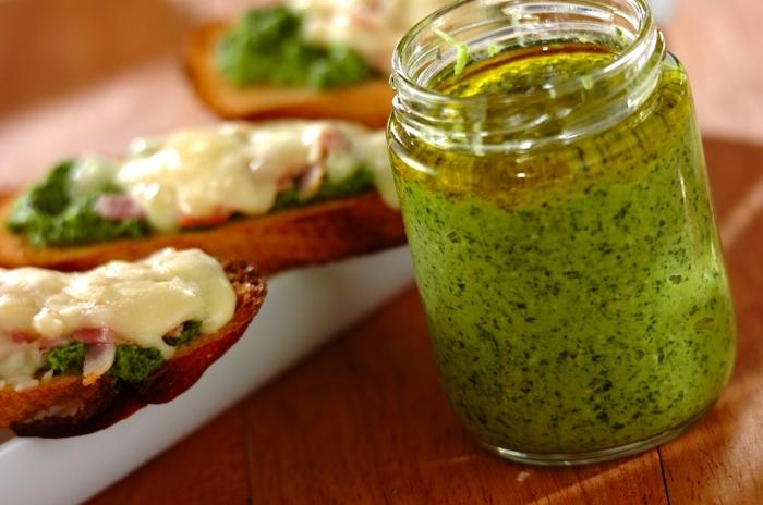 松の実の代わりにクルミを加えて作る、小松菜ペーストのレシピです。バジルペーストと同じように色々使えるので作って「置くと便利です。