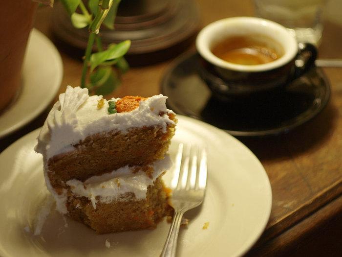 キャロットケーキというと日本ではまだあまり馴染みがないように思いますが、アメリカやイギリスではとても親しまれているスイーツのひとつです。すりおろしたにんじんを加えることにより、材料が柔らかくなり出来上がりもしっとり濃密でほろほろとした食感がとっても美味しいんです。