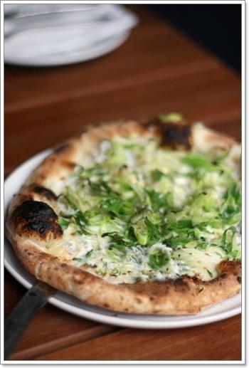 しらすのピザは、生地もしっかりしていて、味はもちろん食べごたえも大満足!