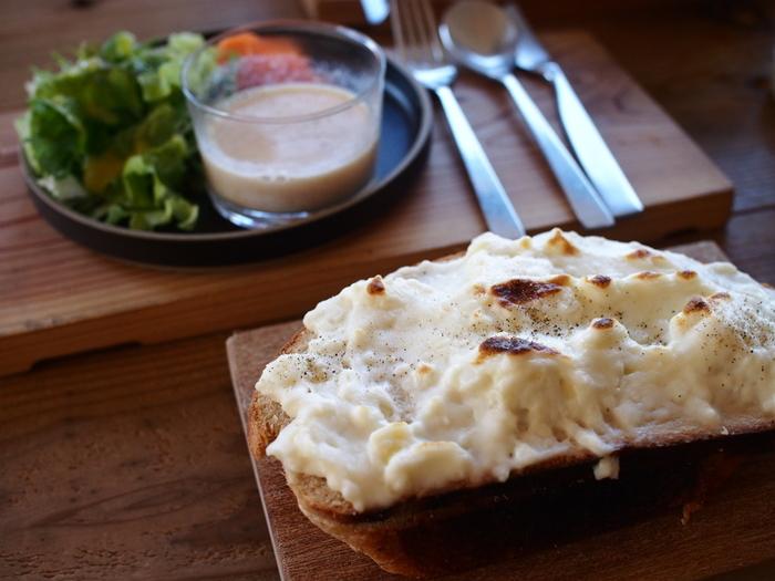 クロックムッシュは、ゆで卵やハムを挟んだり野菜をトッピングしたり、上にベシャメルソースやチーズをのせたり・・・スタイルも色々。お好みのスタイルを見つけて楽しめます。  作り方は、材料を挟んでオーブンに入れるだけ。フライパンや電子レンジで手軽に作ることができるレシピもあります。