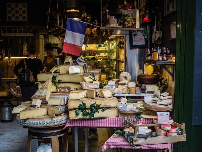 クロックムッシュに使用されるグリュイエールチーズ。 味も香りにも深みがあるのが特徴で、チーズフォンデュやラクレット、オニオングラタンスープなど加熱用に使用されることが多いチーズです。