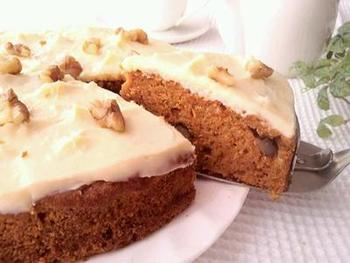 欧米の家庭の味、スパイスが効いたキャロットケーキのレシピです。オーブンの予熱中にワンボウルで簡単に出来てしまいます。